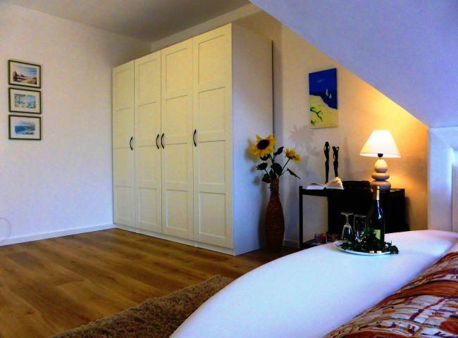 Geräumiger Schrank im Schlafzimmer