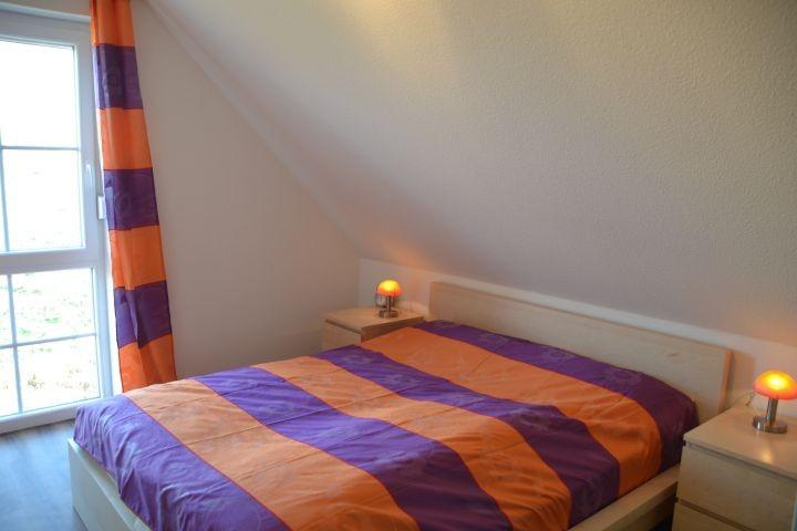 Schlafzimmer I Doppelbett im Ferienhaus Lüttet Strandhuus in Kalifornien an der Ostsee