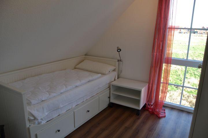 Schlafzimmer III Doppelbett im Ferienhaus Lüttet Strandhuus in Kalifornien an der Ostsee