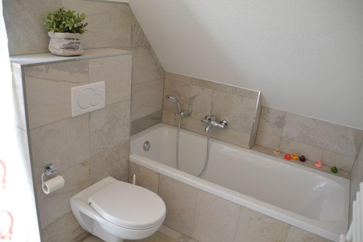 Badezimmer im Obergeschoss mit Badewanne im Ferienhaus Lüttet Strandhuus in Kalifornien an der Ostsee