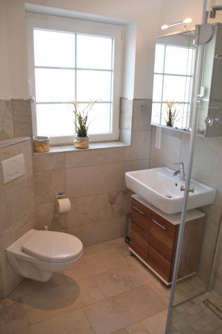 Badezimmer im Erdgeschoss mit Dusche im Ferienhaus Lüttet Strandhuus in Kalifornien an der Ostsee