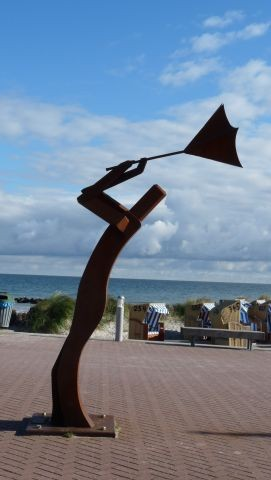 Windmann auf dem Vorplatz der Seebrücke am Schönberger Strand