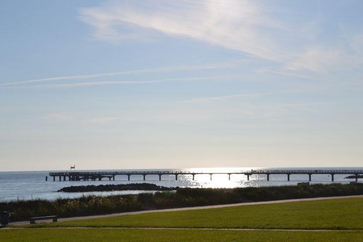 Sonnenaufgang über der Seebrücke am Schönberger Strand an der Ostsee