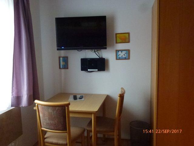 Sitzecke mit TV und DVD-Player im Kinderzimmer