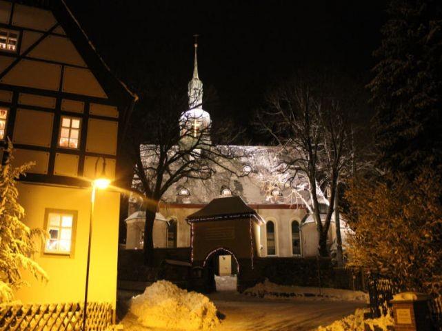 zur Weihnachtszeit ev. Kirche im Ort
