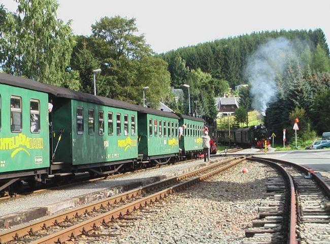 Einfahrt der Fichtelbergbahn am Bhf.  Neudorf   nach Oberwiesenthal