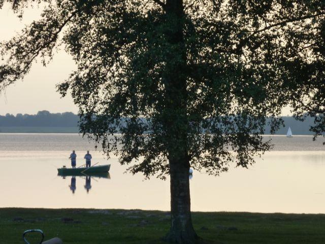 der See ist nur ein paar Schritte vom Haus entfernt.