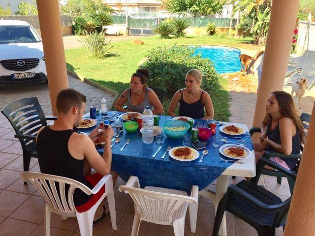 Familie bei Essen auf der Veranda