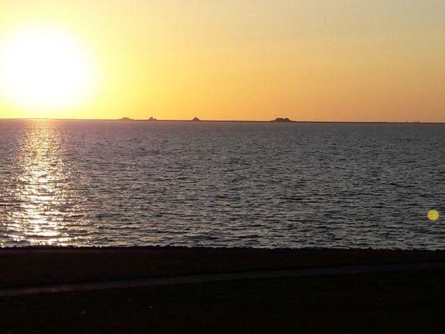 Sonnenuntergang am Strand mit Blick auf die Hallig Nordstrandischmoor