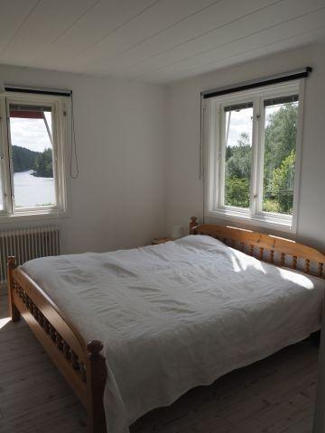 Gästezimmer mit Doppelbett im Erdgeschoss