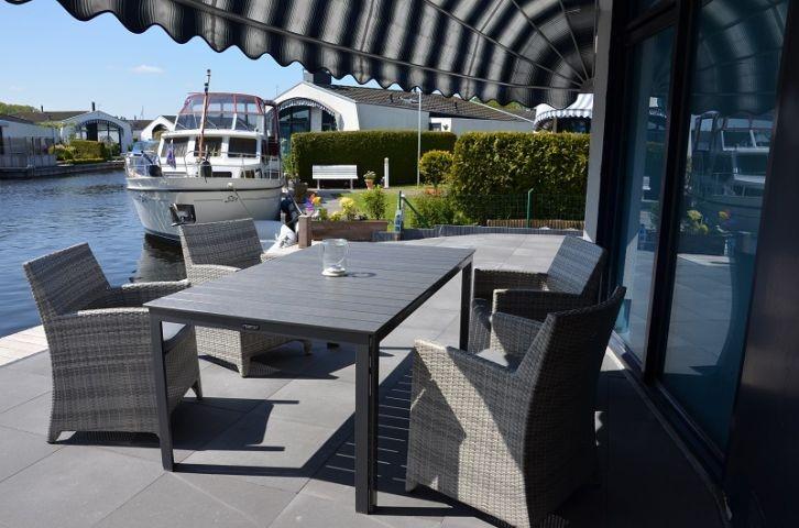 Terrasse mit Bootsanleger