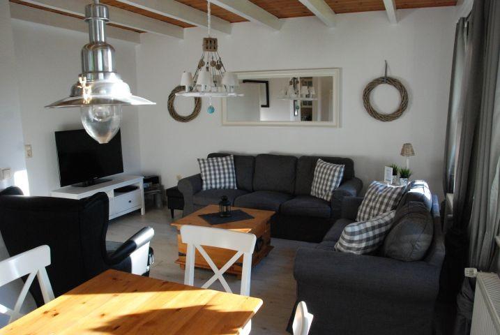 Wohnzimmer mit HD- TV und Hifi-Anlage