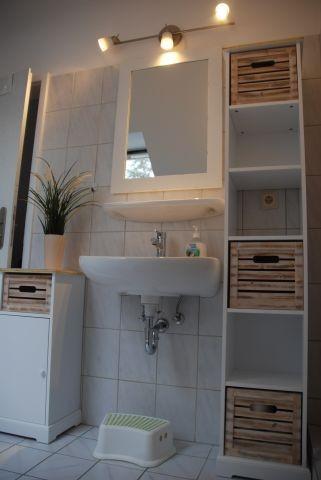 Badezimmer mit Dusche und Fenster im Obergeschoss