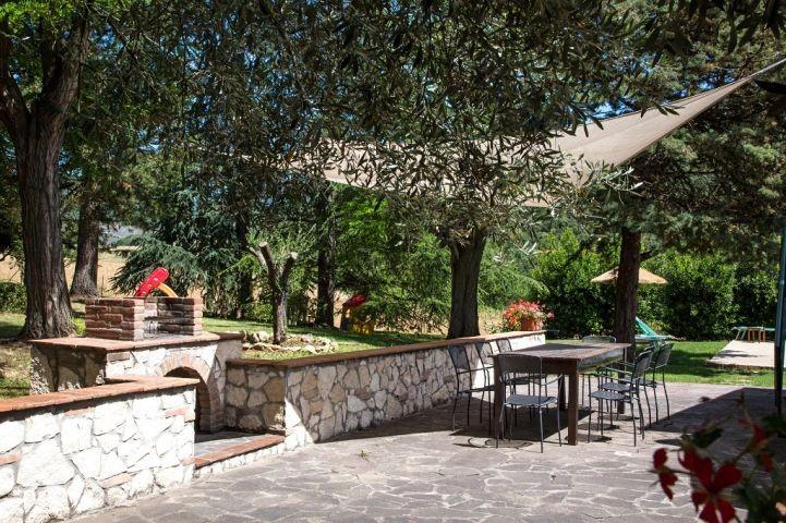 groesse Terrasse mit Tisch und Stuhlen um im freien zu speisen
