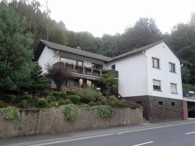 Im Erdgeschoss unseres Einfamilienhauses befindet sich die Ferienwohnung mit Terrasse.