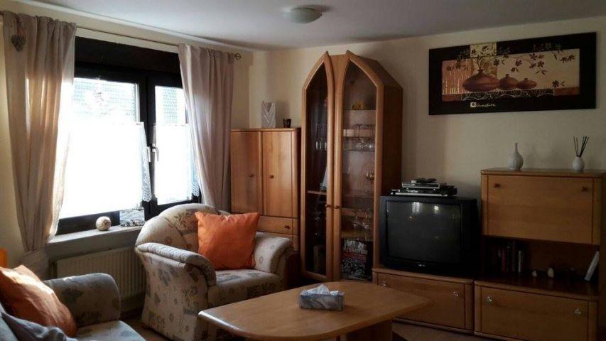 Im Wohnzimmer befindet sich eine Ausziehcouch und ein Fernsehsessel. Flachbildschirm und DVD Player sorgen für Unterhaltung.
