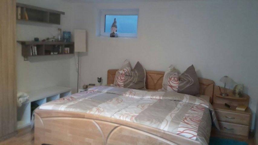 Das Schlafzimmer ist mit einem geräumigen Schrank ausgestattet.