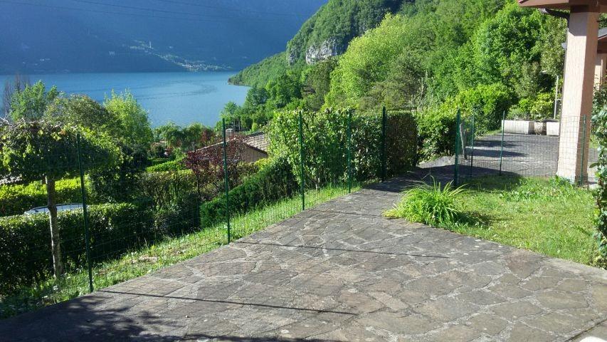 von der Terrasse haben Sie einen schönen Blick zum See