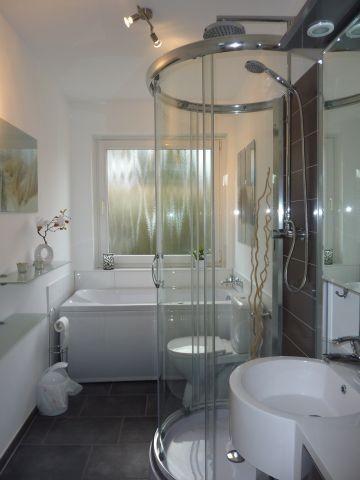 großes Badezimmer mit Whirlwanne