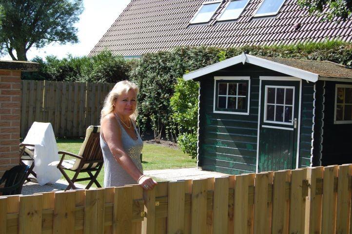 Garten --mit Gartenhaus-komplett eingezäunt ideal für Hunde