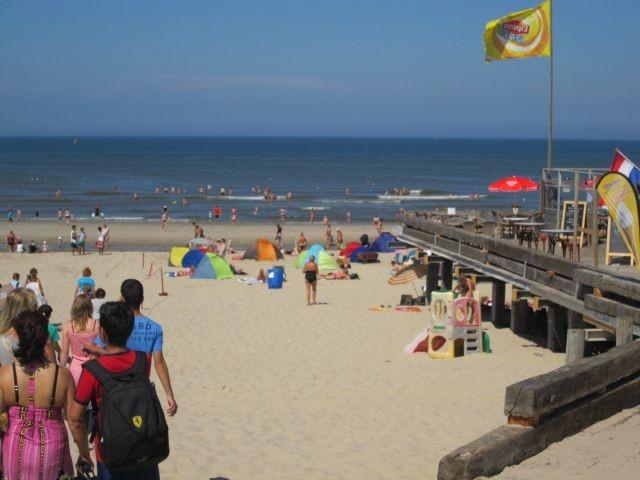 kilometerlanger unverbauter Sandstrand (Hundestrand !!!!!) --hier Strandcaffee