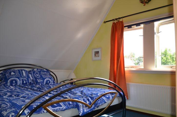 Schlafzimmer mit Blick auf den See und den Garten von 400m²