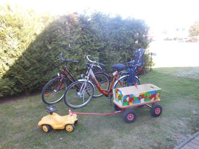 2 Fahrräder und 1 Bollerwagen stehen zur Verfügung.