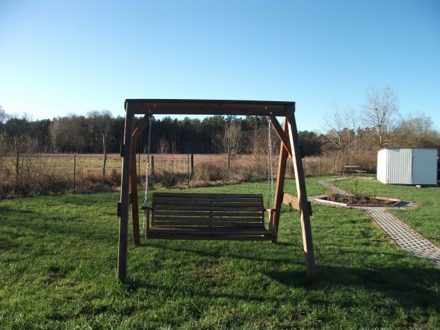 Holzhollywoodschaukel im Garten