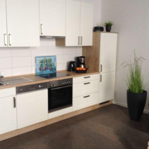 Küchenzeile mit Spülmaschine u. Backofen