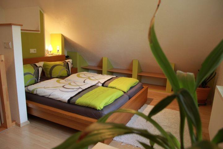 Doppelbett auf der Empore