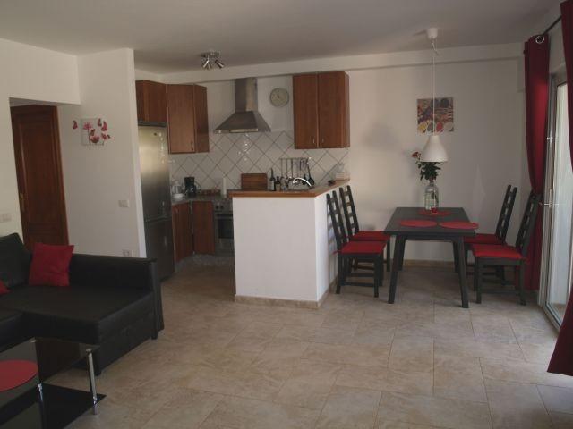 Wohnzimmer mit Küche und Essecke