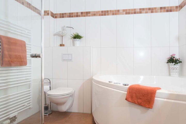 Das tolle Wellnessbad mit ebenerdiger Dusche und Whirlpool