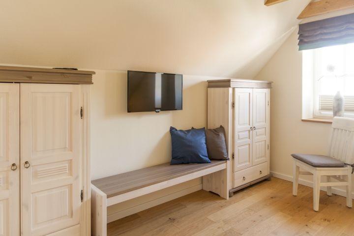 Schlafzimmer im Obergeschoss mit Flat TV