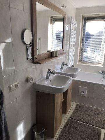 Badezimmer im Obergeschoß, Dusche Badewanne und WC