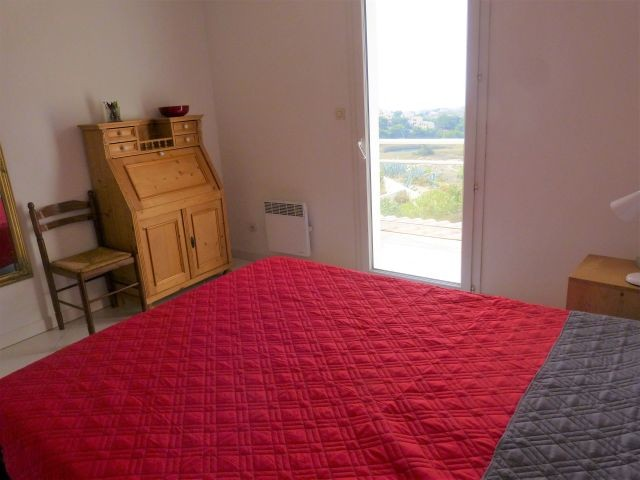 Schlafzimmer 1 im Obergeschoss mit Balkon