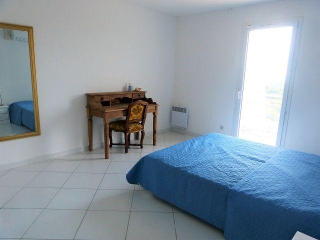Schlafzimmer 2 im Obergeschoss mit Balkon