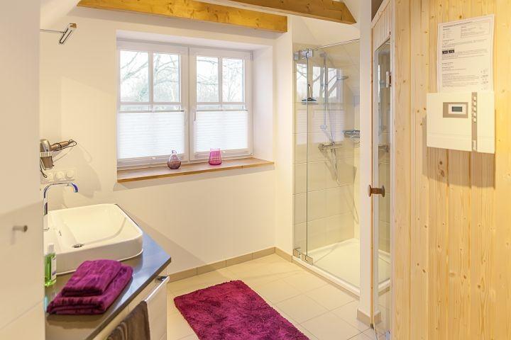 Badezimmer im Obergeschoss mit Sauna