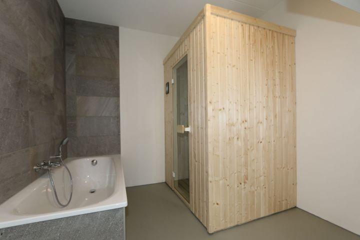 Badewanne und Privat Infrarot-Sauna im Keller