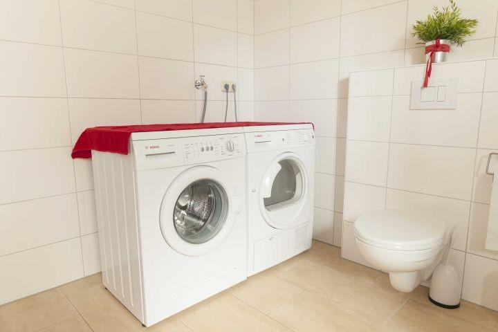 Waschmaschine und Trockner im Erdgeschoss