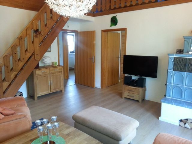 Holztreppe zur Galerie; Tür links Flur und Schlafzimmer 2; Tür rechts Hauptschlafzimmer