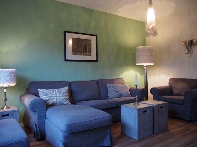 Wohnzimmer mit gemütlicher Sofalandschaft und Sessel