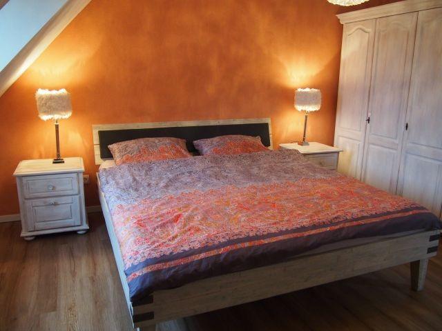 Großes Schlafzimmer mit Doppelbett 1,80x2m