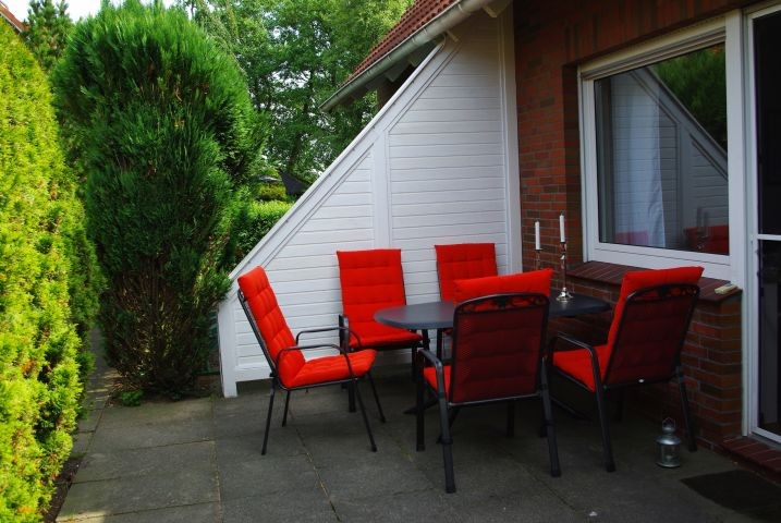Windgeschützte Terrasse hinter dem Haus.