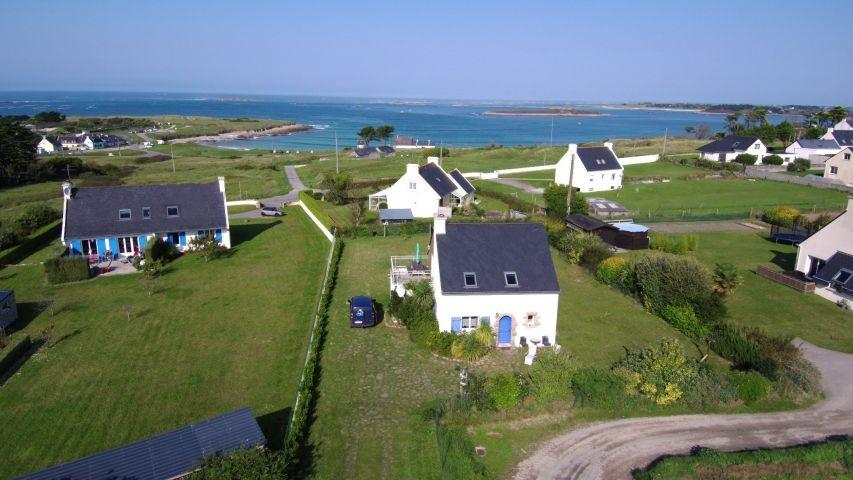 Das Haus aus der Vogelperspektive m it Meer im Hintergrund