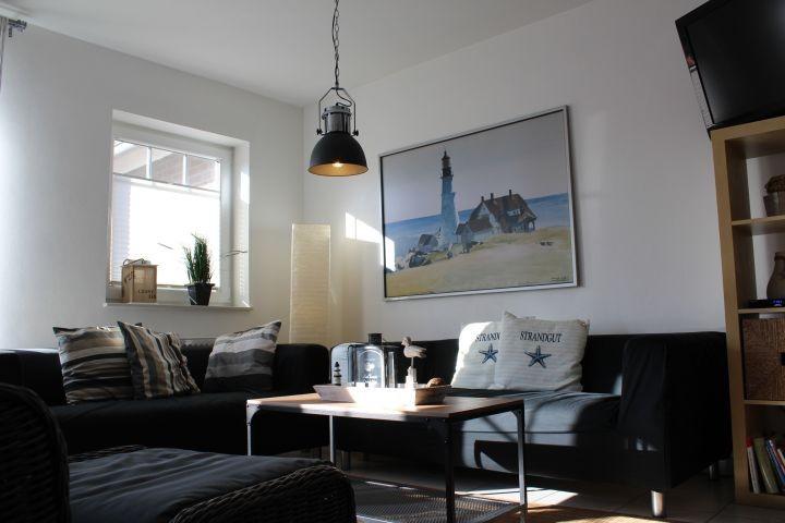 Der Couchbereich mit TV und Kamin