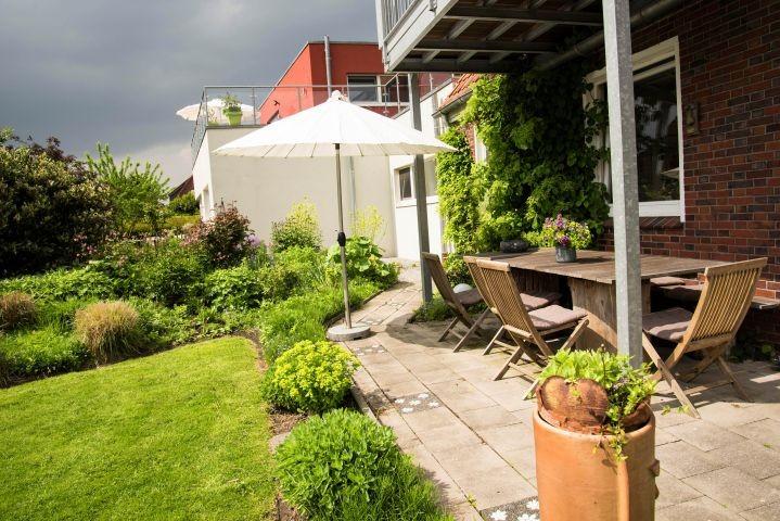 Romantischer Garten mit...