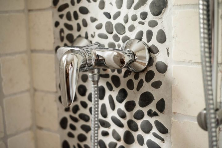 Flusskiesel in der Dusche