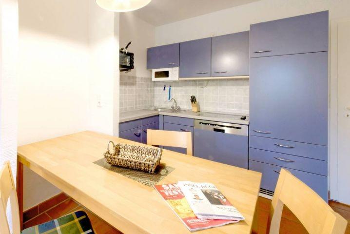Der Blick zur Küche, die natürlich auch einen Geschirrspüler hat.
