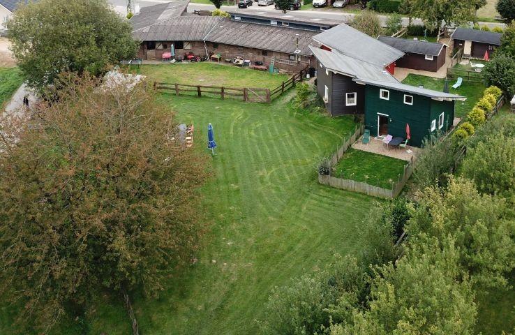 Blick auf den Gemeinschaftsgarten und den Garten von Haus Lupo (rechts im Bild)