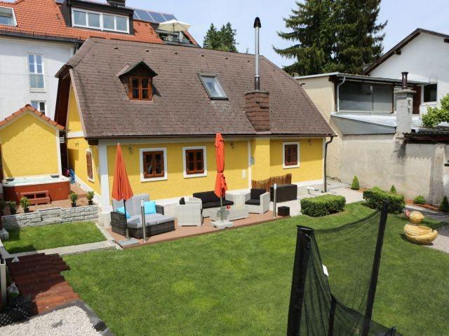 Kuferhaus mit Whirlpool und modernen Lounge Gartenmöbeln.